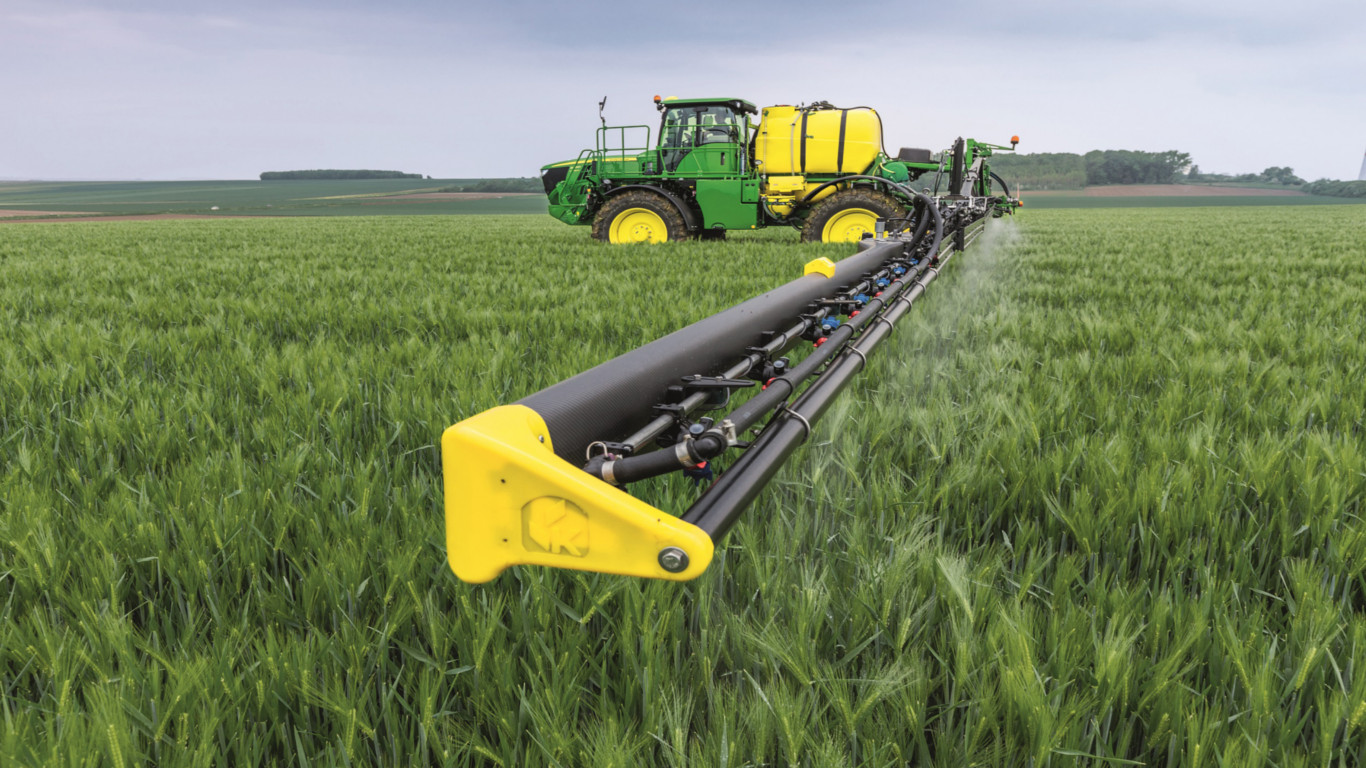 The new John Deere R4050i self-propelled sprayer features a carbon fibre spray boom developed by Spanish manufacturer King Agro.