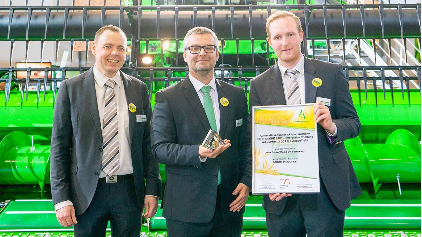 John Deere International and Czech dealer Strom received the TechAgro 2018 Grand Prix Innovation Award for the S700 Series combine harvester.