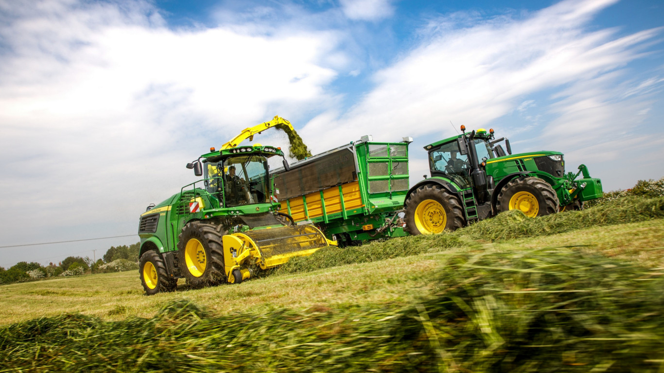 A new John Deere 9700i self-propelled forage harvester equipped with the 639 Premium 3m grass pick-up.