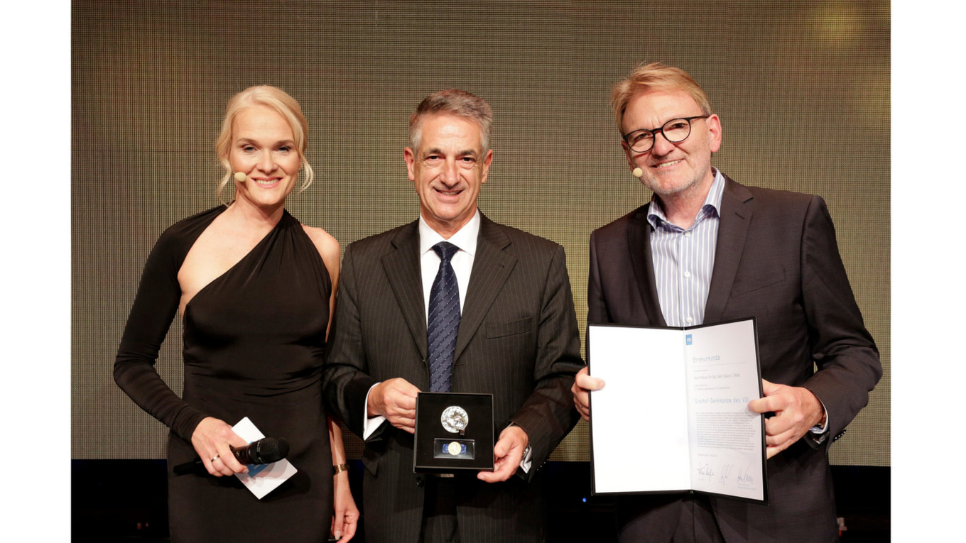 The Grashof Commemorative Medal was handed over to Prof Klaus Hoehn (centre) by VDI President Volker Kefer and event presenter Antje Grobe.